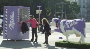 Ação da Milka - colaboração para conseguir um chocolate. Veja o vídeo no final do post.