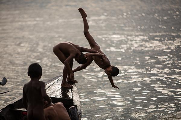 Crianças Munduruku brincam no Rio Tapajós, em área que será alagada pelo Complexo de Usinas Tapajós. Foto: Joka Madruga/Terra Livre Press