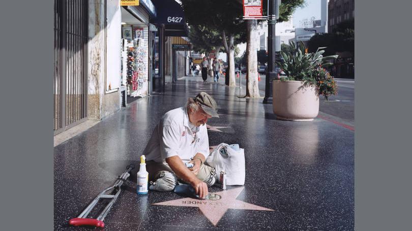 size_810_16_9_homem-sem-pernas-limpa-estrela-da-calcada-da-fama-em-hollywood-na-cidade-de-los-angeles-na-california-nos-estados-unidos-2005