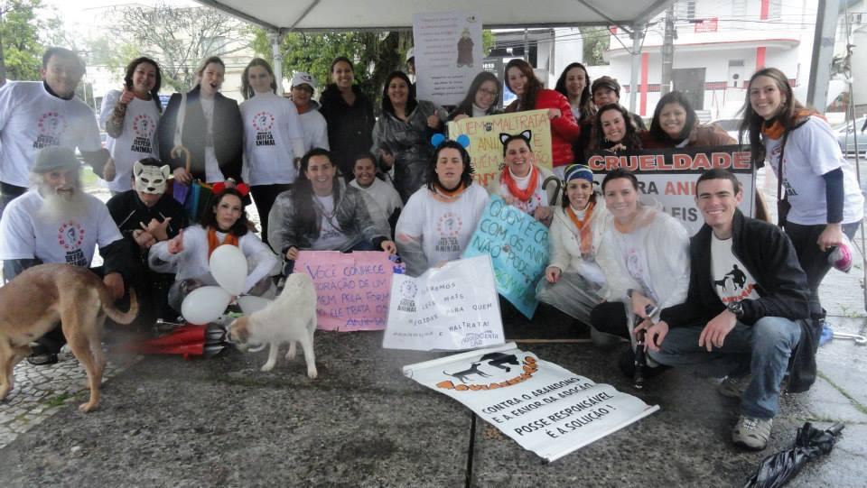Grupo de voluntários na marcha de defesa animal em Tubarão