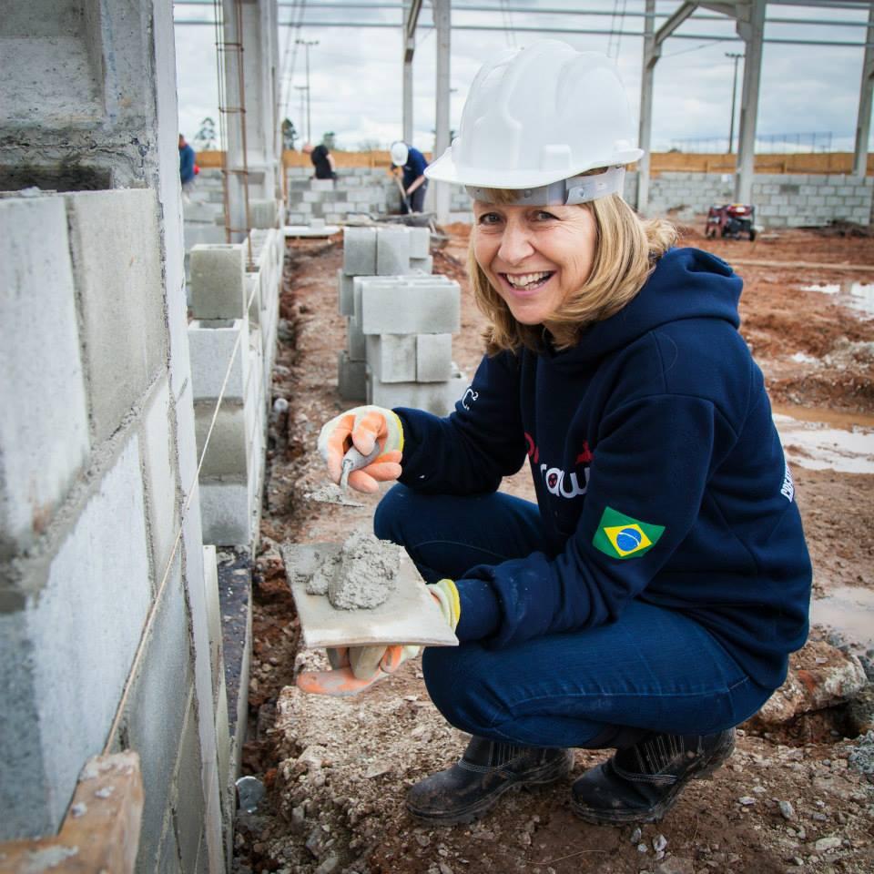 Voluntária trabalhando em Curitiba Foto: Divulgação